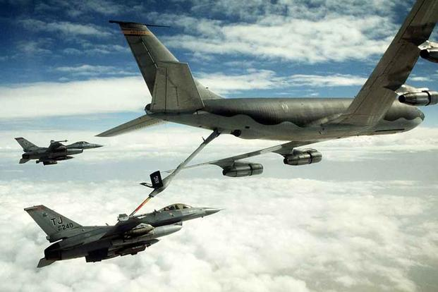 An F-16C Fighting Falcon aircraft refuels from a KC-135 Stratotanker.