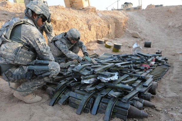 1st Sgt. John R. Cruz supervises the placement of explosives at an ordnance disposal range outside Camp Ramadi, Iraq, Sept. 24. (Photo: Staff Sgt. Nancy Lugo)
