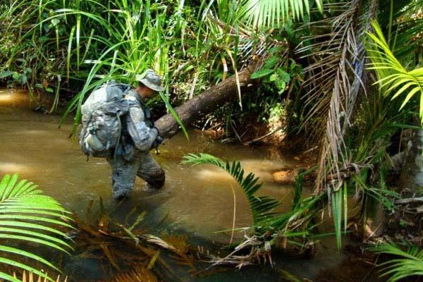 A U.S. Soldier crosses a stream during the 12-day Australian Army Junior Leader Jungle Training Course last year in Australia. Photo: Army