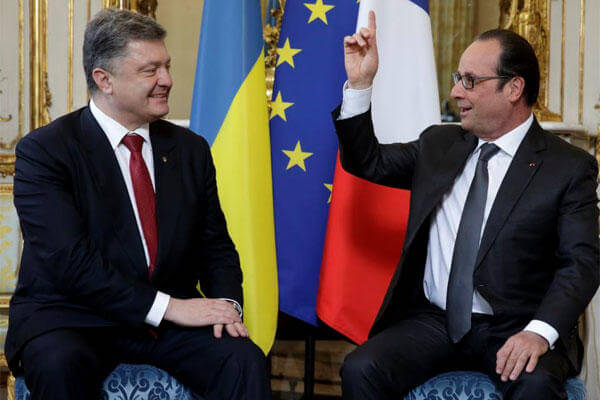French President Francois Hollande, right, speaks with Ukraine's President Petro Poroshenko during a meeting at the Elysee Palace in Paris, France, Wednesday, April 22, 2015. (AP Photo/Philippe Wojazer)